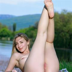 Amaly girlstop blonde shaved psto