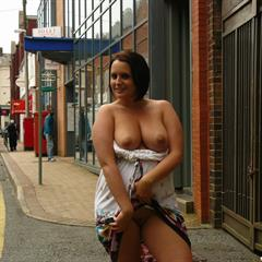 Sarah Jane amateur-amateurs exhibitionist uk-flashers park bench outdoor sandals floppy mature public